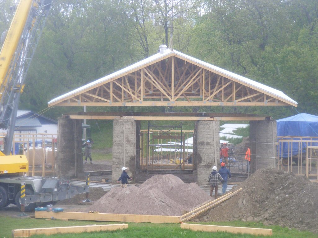 Roof on round straw bale columns